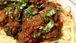 Domatesli fesleğen soslu köfte nasıl yapılır büyüleyici bir tat!